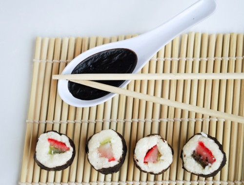 Dessert Sushi: A whimsical grain free and gluten free dessert that is sure to impress! Made with good-for-you whole food ingredients, this dessert is a healthy take on the classic sushi roll! || fooduzzi.com