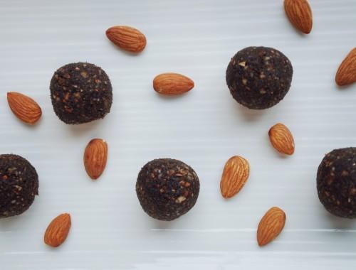 Tiramisu LÄRABAR Bites: A homemade take on the classic snack bar! Dates, almonds, coffee, cocoa, and nutritional yeast make these gluten free and vegan snacks!    fooduzzi.com