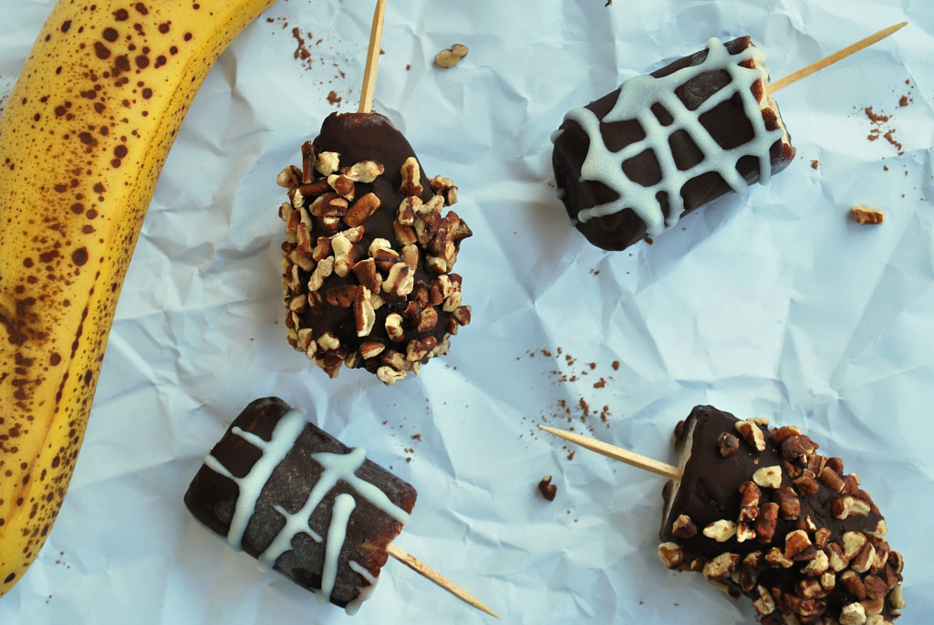 Frozen Banana Bites: A gluten free and vegan treat for those late-night summer Netflix binges, and a perfect dessert for any Arrested Development fan! || fooduzzi.com