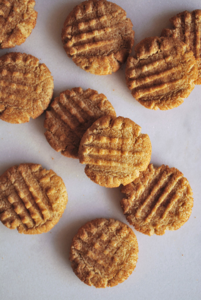 Healthy Gluten Free Peanut Butter Cookies: An easy, refined sugar-free, and vegan pb cookie recipe that's soft, chewy, and seriously addictive! || fooduzzi.com recipes