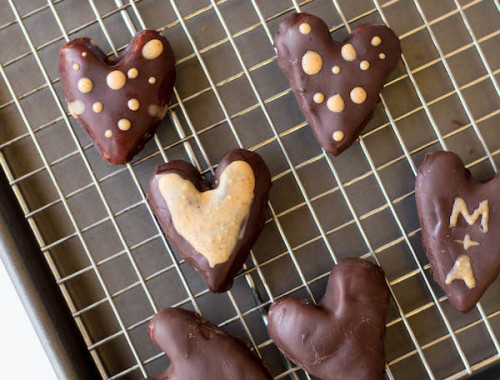 Healthy Peanut Butter Hearts: a vegan, gluten free, and healthy version of Reese's peanut butter hearts! Requires only 5 ingredients and perfect for Valentine's Day!    fooduzzi.com recipes