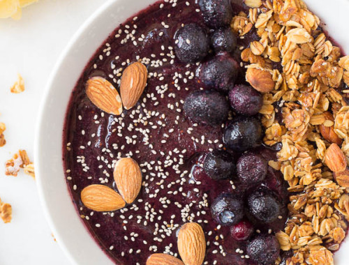 Lemon Blueberry Smoothie Bowl: A quick and easy smoothie bowl recipe that's gluten free, vegan, and healthy! It only requires a few ingredients, and it's topped with chia seeds, almonds, and a lemon chia seed granola! || fooduzzi.com recipe