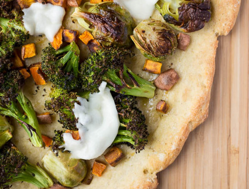 Garlic Bread Pizza with Roasted Vegetables: this gluten free and vegetarian homemade pizza is topped with roasted vegetables, garlic, and cheese! Easily made vegan! || fooduzzi.com recipe