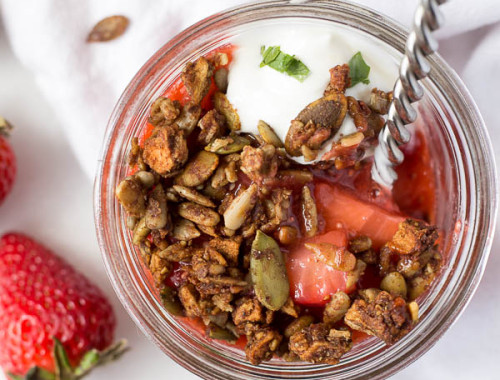 No-Bake Strawberry Crumble: An easy, vegan, and gluten free crumble full of fresh fruit and chia seeds! Requires only 5 ingredients! || fooduzzi.com recipe