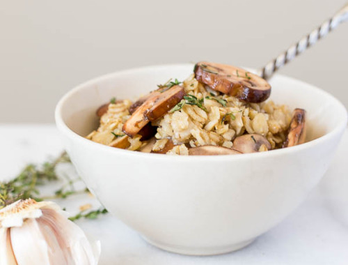 Toasty Truffle Oatmeal: This vegan & gluten free dish is a savory take on your favorite oatmeal breakfast! Packed with flavors like mushrooms, thyme, garlic, and truffle oil, it's a perfect rice-free faux risotto! || fooduzzi.com recipe
