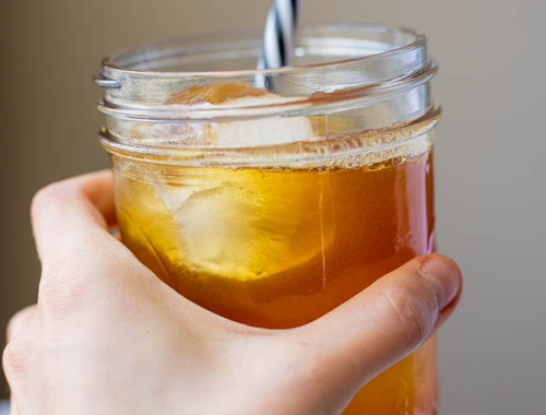Cinnamon Turmeric Iced Tea: (aka. Golden Tea!) a simple and refreshing summertime drink packed with flavor and healthy ingredients! And it's naturally vegan & gluten free! || fooduzzi.com recipe