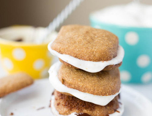 Gluten Free Vegan S'mores: a summer classic made healthy! Homemade graham crackers, aquafava marshmallow fluff, and melted dark chocolate make up this addictive summer dessert! || fooduzzi.com recipe