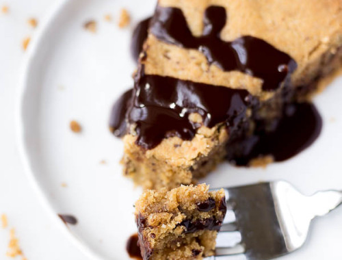 Gluten Free Vegan Cookie Cake: a rich and chewy cookie cake that's refined sugar-free and made with good-for-you ingredients. Tastes just like the cookie cake you buy at the bakery! || fooduzzi.com recipes