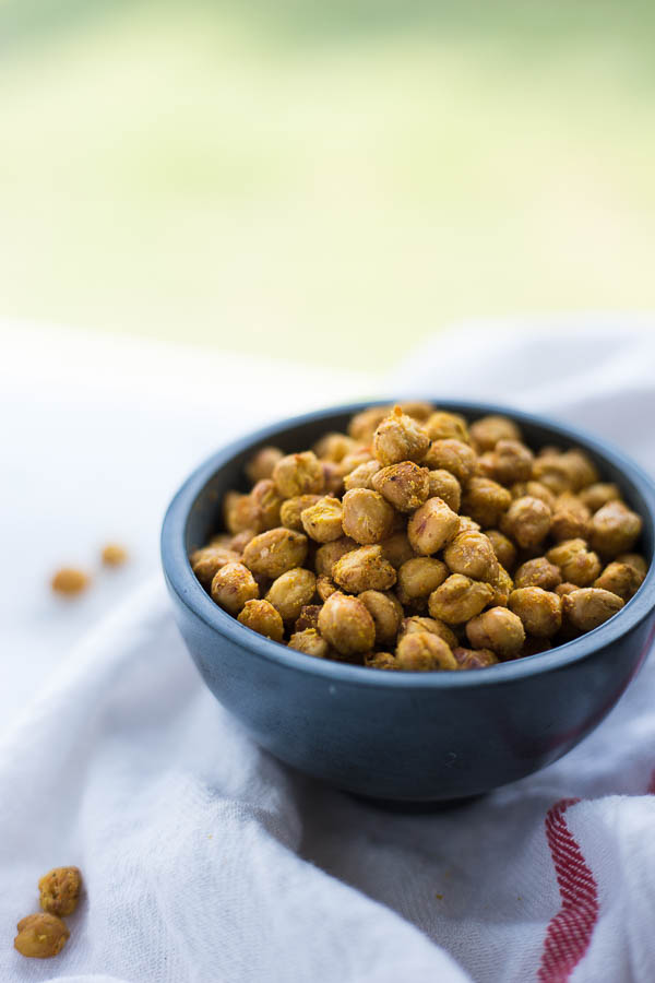 Cheez-it Roasted Chickpeas: a healthy, homemade snack that's vegan, gluten free, and packed with protein! Requires only 6 ingredients! || fooduzzi.com recipe