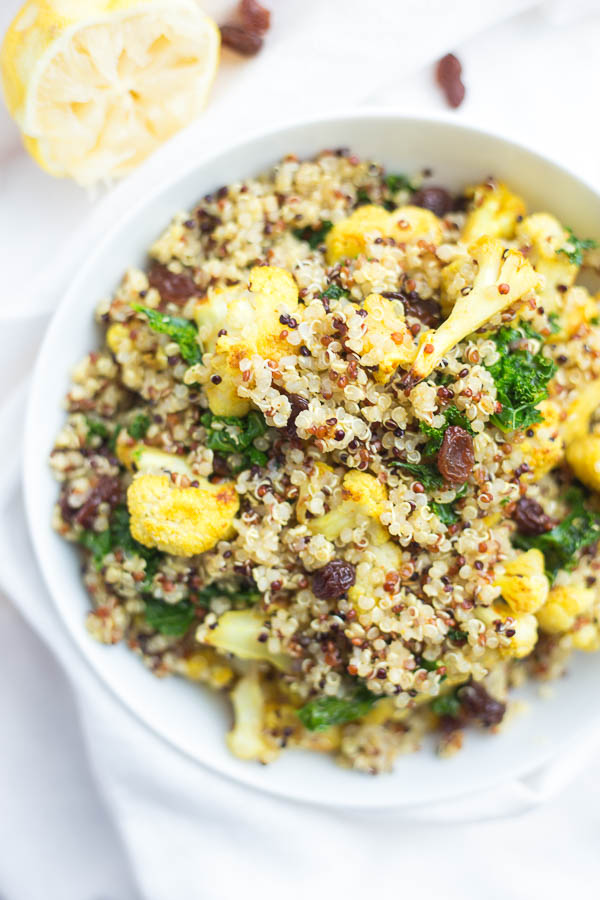 Curry Cauliflower & Kale Grain Salad: A comforting vegan and gluten free grain salad made with only 8 ingredients! Perfect for an on-the-go lunch! || fooduzzi.com recipe