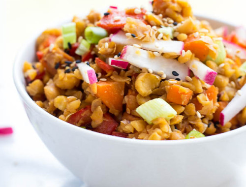 Protein Fried Rice: This vegan & gluten free 15 minute meal is full of protein and fresh flavors! It only requires 8 ingredients, and it's a healthy dinner or lunch option! Bet you can't guess the secret ingredient! || fooduzzi.com recipe