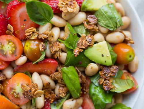 Strawberry White Bean Caprese Salad with Honey Black Pepper Granola: an incredibly simple vegan and gluten free caprese salad that's full of summer fruits, vegetables, and herbs! Topped with a crunchy sweet + savory granola crouton! || fooduzzi.com recipe