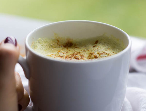 Feel Good Turmeric Latte: This homemade latte is filled with healthy ingredients that will keep you feeling awesome this fall! Naturally gluten free and vegan.    fooduzzi.com recipe