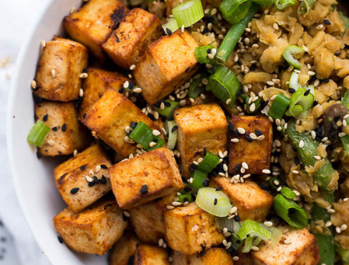 Sriracha Tofu: A sweet and spicy baked tofu that requires only 4 ingredients! A perfect vegan and gluten free protein served alongside some fried rice or stir fry. || fooduzzi.com recipe