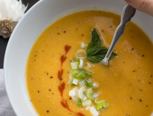 Thai Peanut Butternut Squash Soup: loaded with healthy ingredients like ginger, garlic, and peanut butter, and it's a comforting vegan & gluten free fall meal! || fooduzzi.com recipe