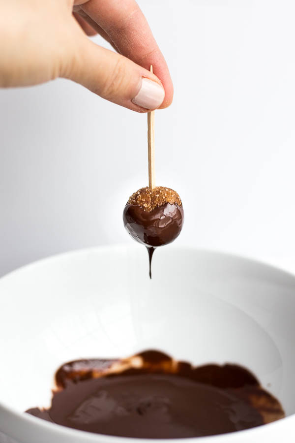 Snickerdoodle Buckeyes: Rich peanut butter buckeyes are given a snickerdoodle makeover! Naturally gluten free and vegan and an easy dessert for your holiday celebrations! || fooduzzi.com recipe