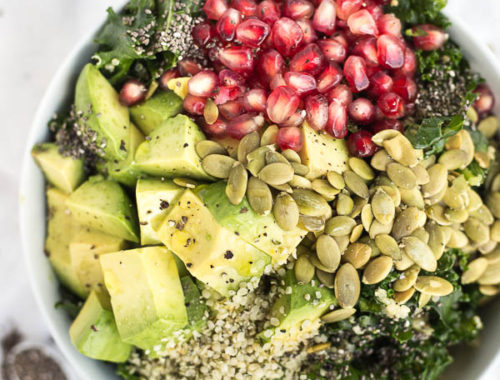 Feel Good Superfood Grain Bowl: a vegan and gluten free lunch or dinner that's packed with healthy ingredients like kale, hemp seeds, and chia seeds! || fooduzzi.com recipe