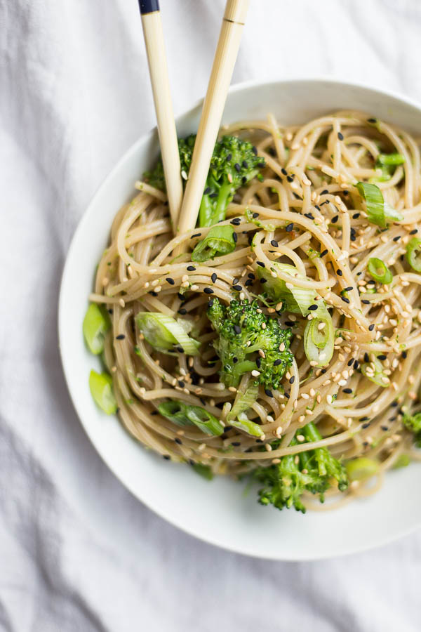 Easy Ginger Garlic Noodles: An easy 30 minute meal! Easily gluten free and vegan, and packed with ginger and garlic flavor. || fooduzzi.com recipe