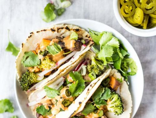 Thai Peanut Tacos: loaded with flavor and topped with an addictive homemade Thai Peanut Sauce! A naturally vegan and gluten free dinner. || fooduzzi.com recipe